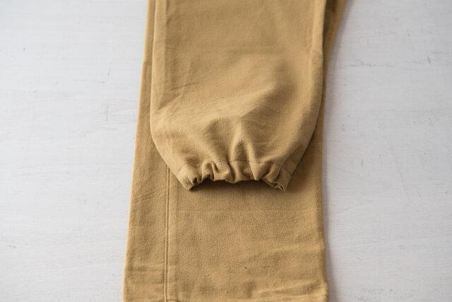 裾はゴムで絞れるようになっています。そのままストレートなシルエットでも、キュッと絞っても◎