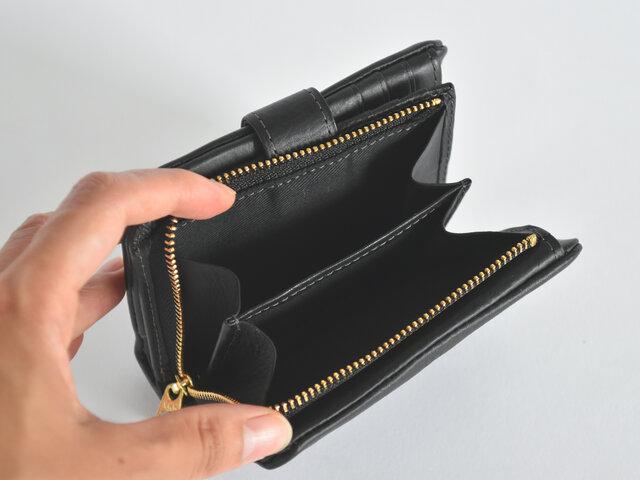 こちらの2つ折り財布は一見コンパクトですが、しっかり収納力も兼ね揃えているのがポイントです。