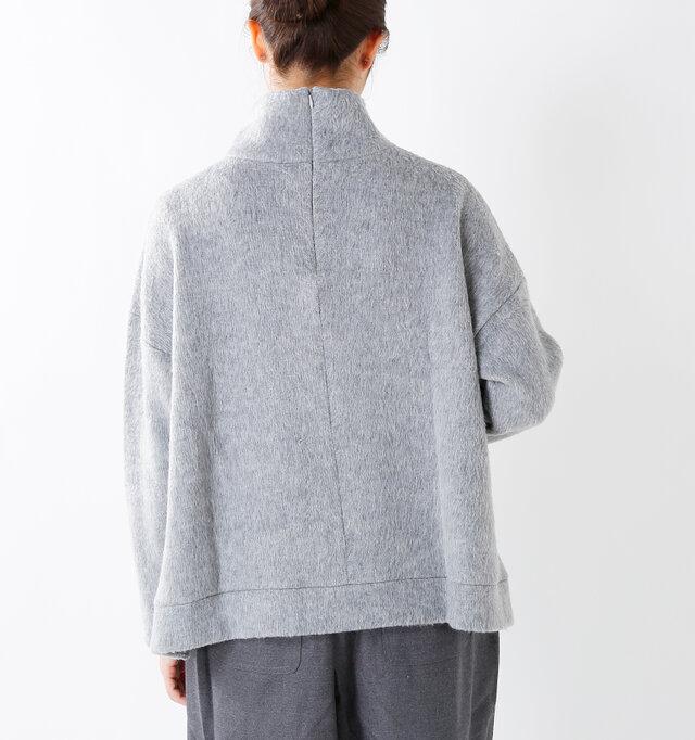 バックファスナー付きで、簡単に着脱できます。裏は伸縮性のあるワッフルの編地になっているので、着心地も抜群◎