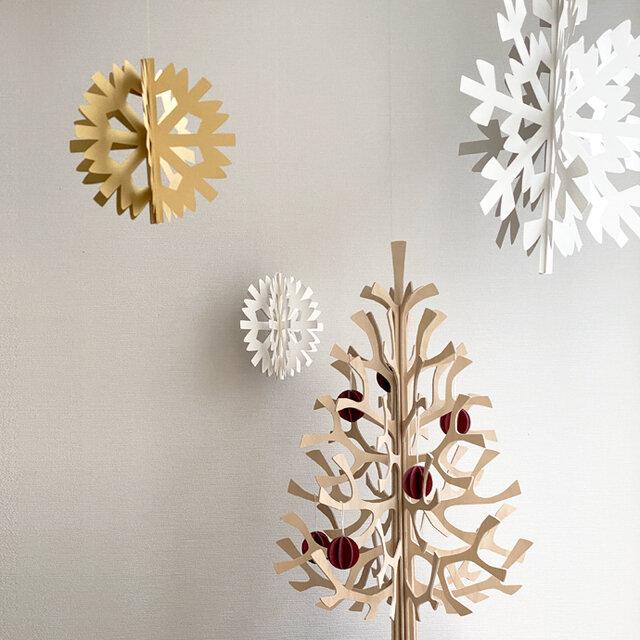 スノーフレークは、クリスマスにぴったり!ほんのわずかな風を受けてくるくる回るのが、雪が舞うような美しさです。ツリーのまわりに飾るなど、クリスマスらしさを演出してみてくださいね。