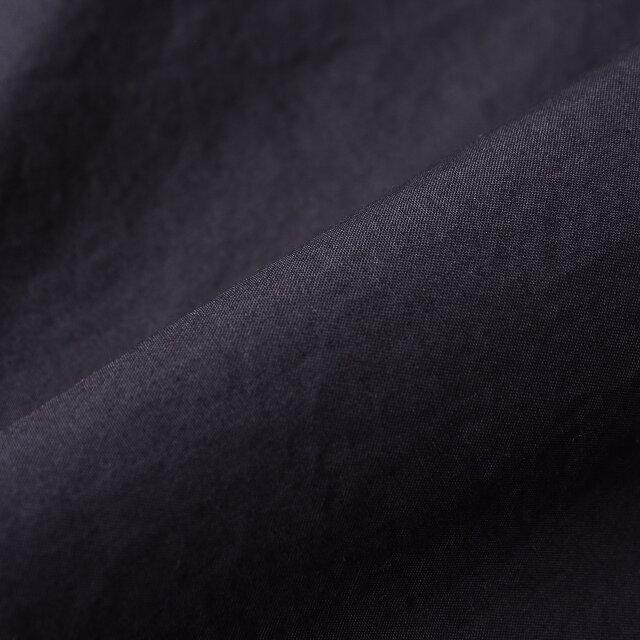 素材はダウンプルーフ加工によるオリジナルファブリックを採用。 風合いのいい、独特のハリとシワ感が魅力です。