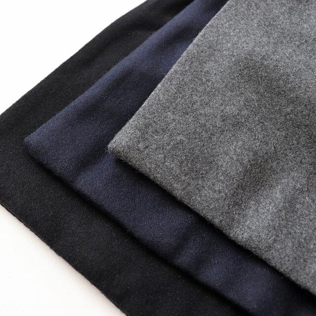 カラーは落ち着いた印象のグレー、ネイビー、ブラックの3種類。 生地は薄すぎず、厚手でもない、程良い生地厚のウール混メルトン地を使用しています。