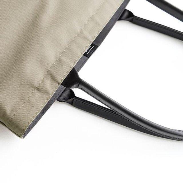 光沢感のある本体素材が際立つよう、ハンドルにはマット仕上げの革を使用