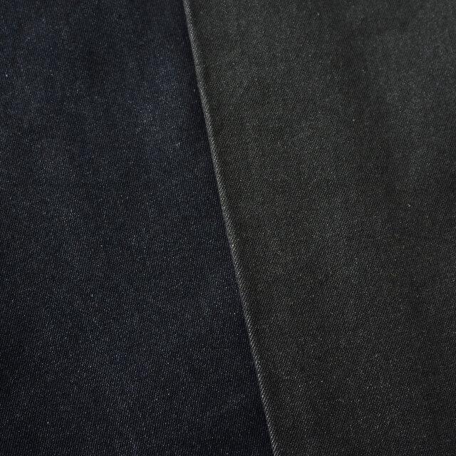 画像左:indigo タテ糸には40番双糸、ヨコ糸には30番双糸のアメリカ綿を使用。ウエポンと呼ばれるチノに使われる素材にインディゴ染料を使うことで、デニムと同様な色落ちが楽しめます。独特の光沢感があり、カジュアルながら上品さも持ち合わせています。  画像右:black インディゴと同様の素材を使用。タテ糸に硫化染めで黒に染めた糸、ヨコ糸に生糸を使用することでブラックカラーのなかに軽やかさがプラスされ、品のある仕上がりになっています。