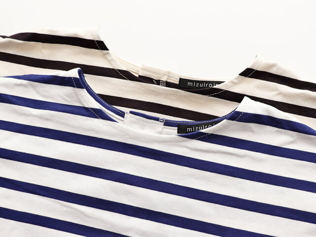 バスクシャツのような、ややハリのあるカットソー素材の一着です。 カラーは、ブルー×オフホワイトとブラック×ブラックの2種類。