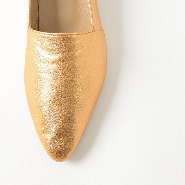 きめの細かさ、柔らかさが特徴の羊革を採用。 ソフトな足当たりで、長く履いていくうちに足にフィットしてくれます。