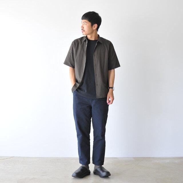 モデル:173cm / 58kg color : black / size : 27.0cm(M8/W10)  シンプルなデザインと豊富なサイズ展開で男性の方にもおすすめですよ。