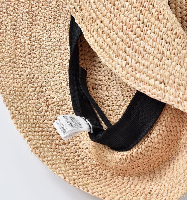 内側にはスベリがぐるりと。おでこ周りのチクチク感や汗が落ちるのを防いで、ストレスフリーに被れます。またスベリの内側にベルクロ仕様の微調整テープが付いているので、お好みのサイズ感に調整できます◎