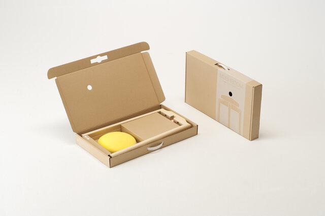 このようにスリムなパッケージでお届けします。女性ひとりでも組み立てることが出来る簡単設計です。