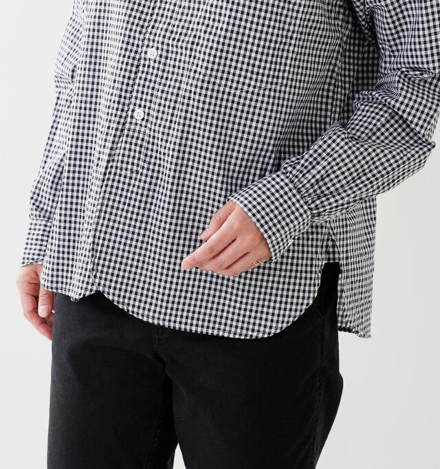ワークシャツのようにラウンドした裾がポイント。一番下のボタン位置が高めなので、動きやすくなっています。