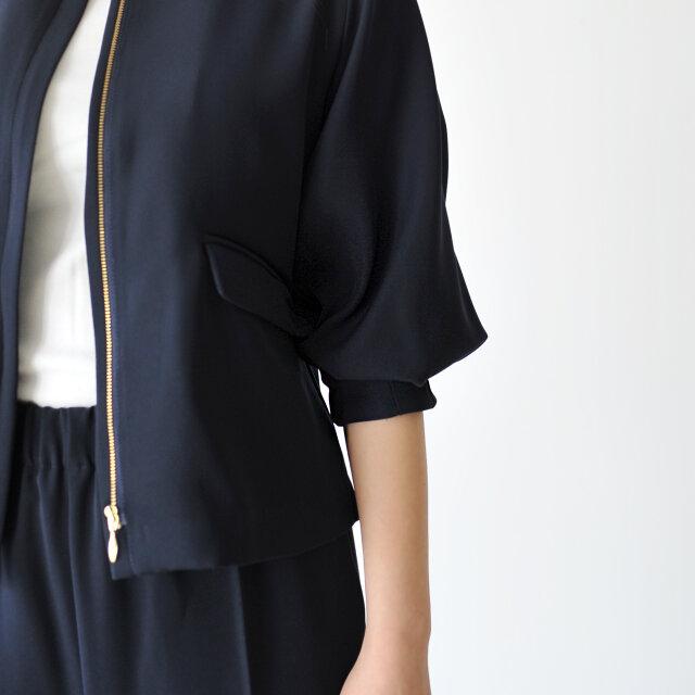 両サイドにはフラップポケット付きで、カッチリと。 袖口はすぼまったデザインで、そのままでもタックがふんわりと可愛らしく、少し捲くってスッキリとさせてもいいですね。