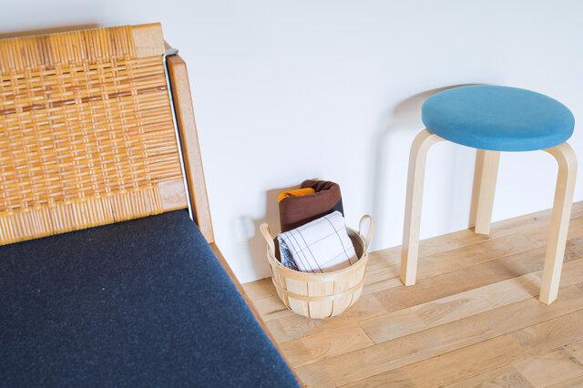 小さめサイズなので、場所をとらずちょっとした収納にとっても便利。ブランケットにスリッパ、無造作に入れても様になります。