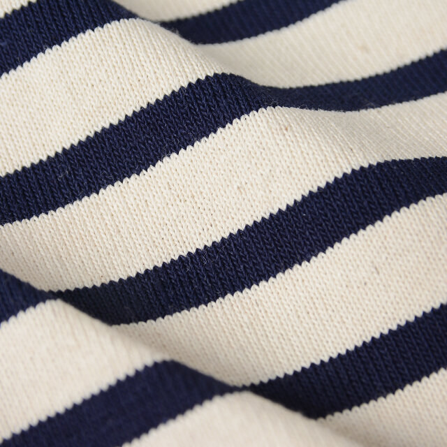 オープンエンド(空紡糸)という糸で編まれた生地は、しっかりとした生地感で耐久性を高く持ちながらとても軽く、リラクシングな着心地を叶えます。堅牢なつくりで洗濯にも強く、長くお楽しみいただけますよ。