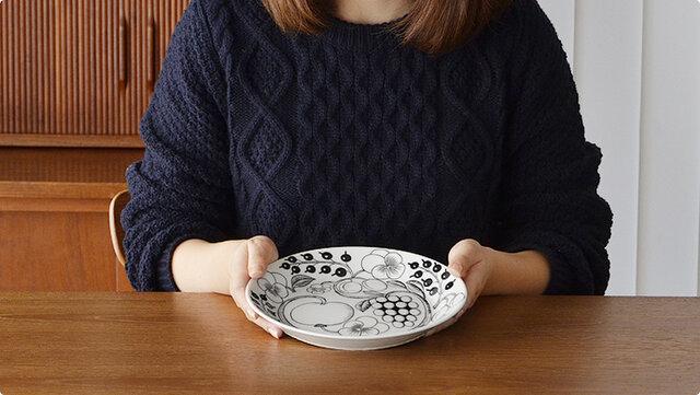 トースト、パスタ、サラダ、他にも夕食のメインプレートとしても使え、どんな料理も盛りつけやすい大きさです。