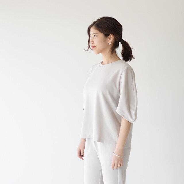 全部を白系統にまとめることでイノセントな着こなしに。ベーシックな装いもどこかこなれた印象に仕上げてくれます。  これからの季節、華やかなスタイリングには、爽やかなシルバーのアクセサリーがよく似合います◎