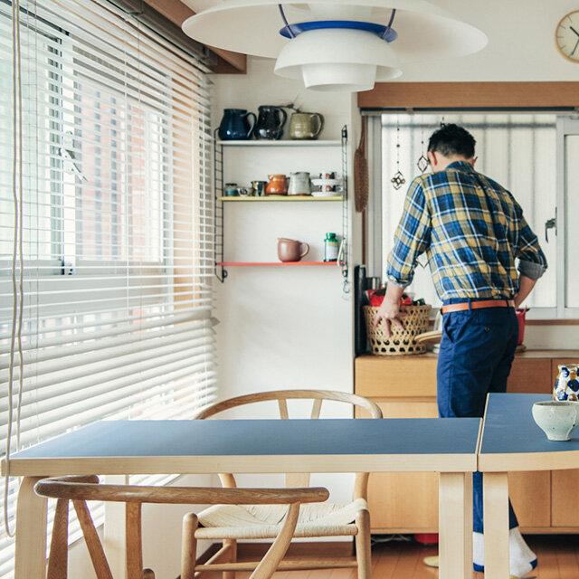 artekの半円テーブルとならキッチンのカウンター使いにピッタリ。 (画像天板カラー:左右ともに ペトロブルー)