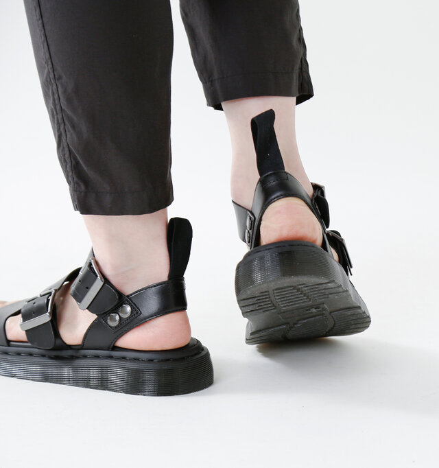 アウトソールはラバー素材。厚みのあるソールが衝撃を吸収し、アクティブな動きにも対応。優れたクッション性で歩行サポートし、長時間歩いても疲れにくい仕様です。ストラップのリベットには、さりげなくブランドロゴが刻印されています。