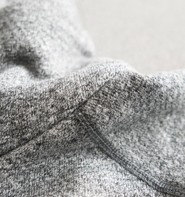 全体的にふっくらとした厚みがあり、柔軟性も扱いやすいものとなっていますので、たるんとさせたい部分でニュアンス作りも簡単にできます。全体に程よく絶妙な加減でストレッチが効いているため、とてもキレイな形で着ることができますよ。