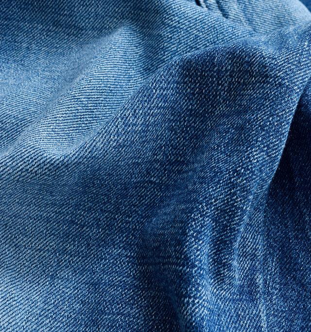織り目の自然なムラがユーズド感を演出。ほど良くこっくりとした生地感にほんのりと色味が落ちて、こなれ感と味わいが感じられます。