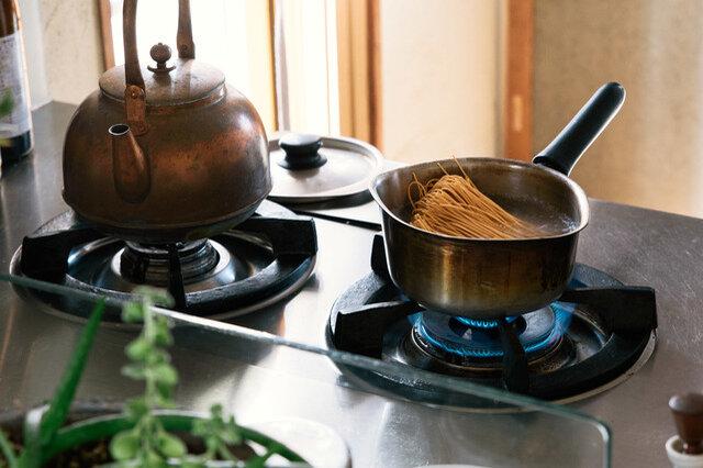 たっぷりの沸騰したお湯550ccに麺を入れ、固め(約2分~2分半)にゆでます。