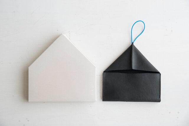 蓋を開けると2つの仕切りが大きく開き、中身をひと目で見渡すことができます。写真のように蓋がストッパーとなってくれるので、硬貨は落とすことなく安心して確認することができます。使う毎に手に馴染む、育てがいのある長財布。