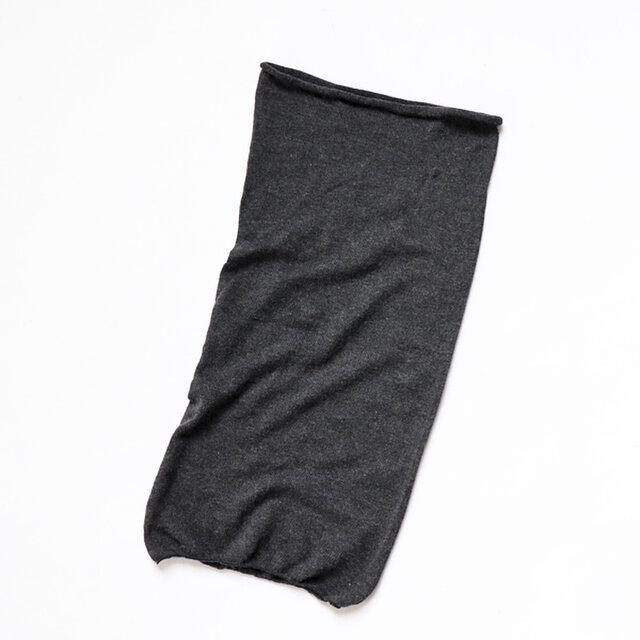 継ぎ目のないホールガーメント編みの筒型。 あえて長めの長方形で、くしゅくしゅにしたり、2重に織ったりとボリューム感を楽しめます。