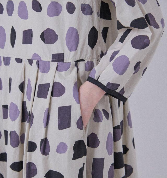 袖口と裾にはパイピングが施され、デザインのアクセントとなっています。