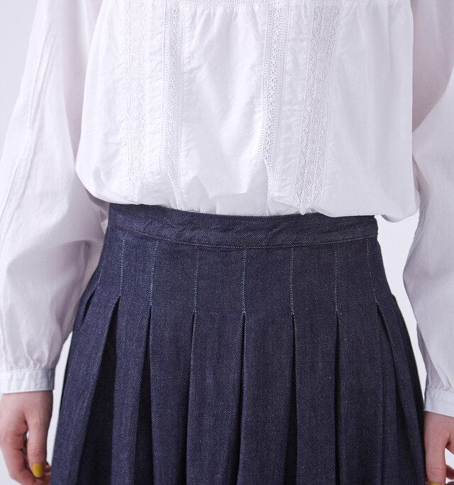 ウエストすっきりと見せる、技ありのデザイン。 トップスによっては腰周りがもたついてしまうプリーツスカートですが、ボリュームのあるニットに合わせても着膨れしません。