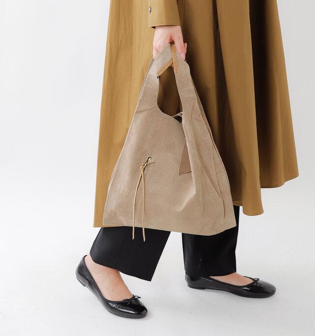 ショッピングバッグをイメージしてデザインされたバッグは本体自体は非常に軽く、持ち運びしやすい適度な大きさとなっています。