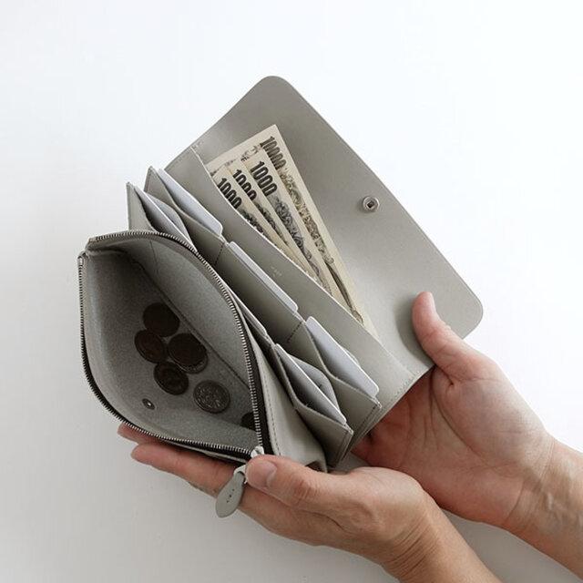 カードは、出し入れしやすいように縦に収納する仕様に。3枚ずつ入れられる収納が6箇所、さらにその間にショップカードやポイントカードなどをまとめて収納できるスペースも。ジャバラのような構造が、特徴的です。