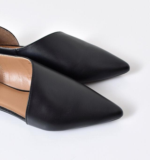シャープで大人らしさを感じさせてくれるポインテッドトゥ。芯材を柔らかくすることで靴下のような足当りに。
