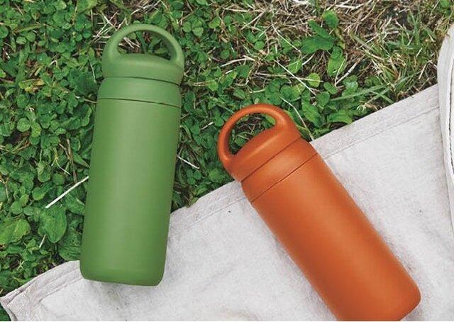 新色は、リゾートシーンにも似合う鮮やかなグリーンとオレンジです。
