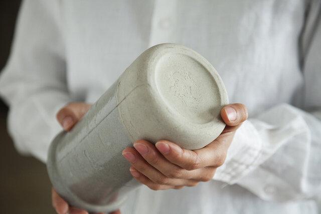 ブーケはもちろん、2、3輪でも様になる、使いやすいサイズ やわらかな丸みあるフォルムと、ぽってりとした厚みに癒されます。心地よい重みがあり、安定感も抜群です。