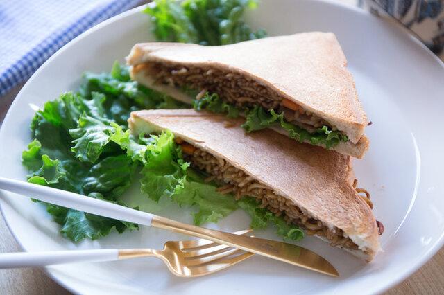 カットしないでそのままかぶりついても! また、コロッケやカツなど、 厚みのある食材をつぶさずに サンドできるのもいいところです。