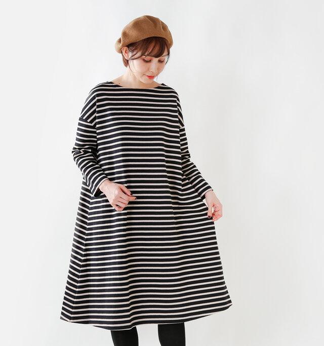 裾までストンと落ちたシルエットは身体の気になるラインをさりげなくカバーしてくれる強い味方。 窮屈感のないサイズ感で、ゆったりとリラックスできる膝下丈のワンピースです。