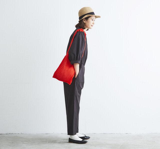 ざっくりとした透かし編みが涼し気で軽快な雰囲気に。  シンプルながらも存在感があり、アクセサリー感覚で持ちたいバッグです。