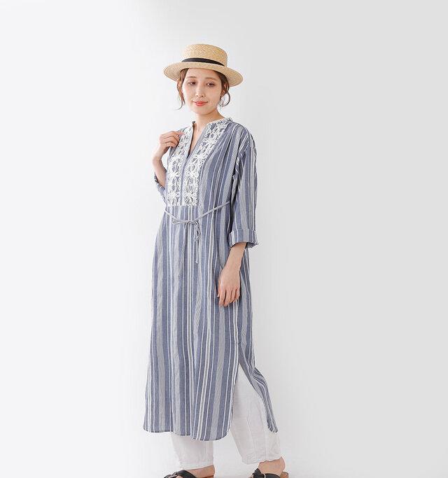 1枚でお洒落に決まる カフタンワンピース。  トルコや中央アジアなどで 着用される ネックラインにスリットが入り、 周囲に刺繍が施される 民族衣装カフタン。