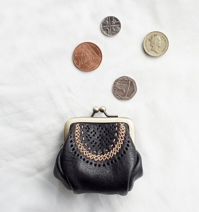 曲線の立体的なかたちと飾りステッチが特徴のがま口タイプの小銭入れ。 可愛らしくもどこか民芸品を思わせる素朴さが魅力。とても小さくてかさばらないので、バッグの中にそっと忍ばせたいアイテムです。