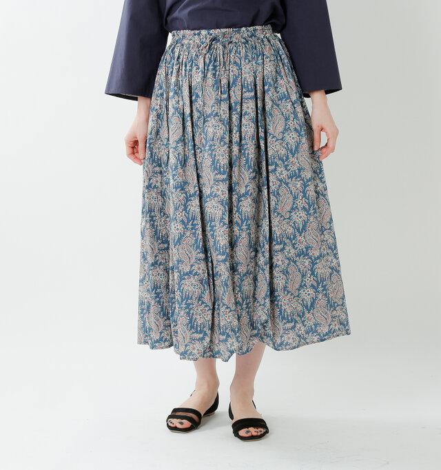 裾に向かって緩やかな優しい広がりがエレガントなゆらめきを演出し、可憐な女性らしさを醸し出す1着。