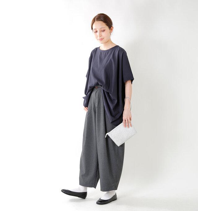 カラーは「グレー」「チャコール」「ブラック」の3色展開。 シンプルなトップスと合わせてとことんゆったりさを楽しんだり、ロングワンピースから覗かせたレイヤードスタイルも様になる一着です。