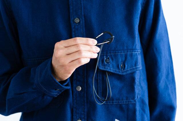 ザックを背負った時、干渉しない位置にポケットが付いているのも嬉しいポイントです。アウトドアの際に何かと便利なカラビナ付きです。