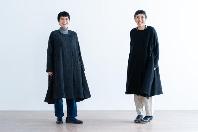 左から、チャコールグレー、ブラック着用