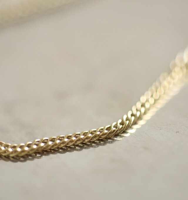 しなやかに動く1mm幅のゴールドチェーンは華奢でシャープなデザインです。