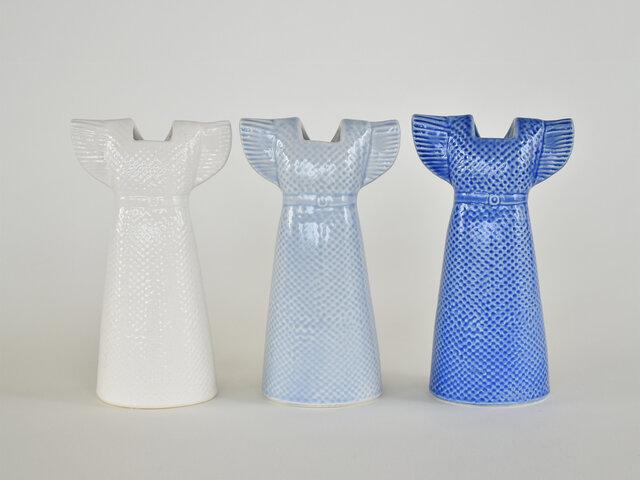 今回当店に入荷したのは、ライトブルー、ネイビー、ホワイトの3色。どれもお部屋に取り入れやすい爽やかな雰囲気です。お花を活けていない時でも、美しいサマードレスは存在感があり、オブジェとして楽しめますよ。