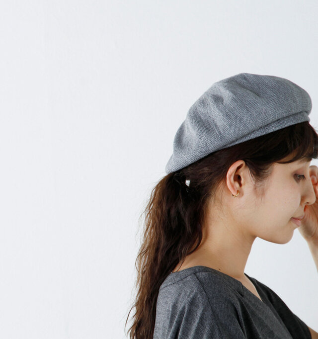 すこし浅目につくられているので耳元もスッキリ。ピアスやイヤリングなど存在感のあるアクセサリーを合わせてもしっかり映えます。