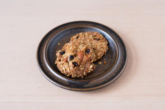 |haluta グラノーラクッキー  植物性100%のやさしいおやつ。オーガニックのオーツ麦、刻んだアーモンド、ココナッツ、サルタナレーズンを石臼挽き上田産小麦でザクザクに焼き上げました。挽きたての小麦が味に深みを加えています。カフェラテやブラックコーヒーとも相性抜群◎