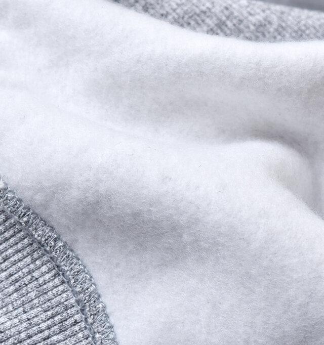 裏側は柔らかくふわふわの肌触りの裏起毛で、1枚でも暖かな着心地。
