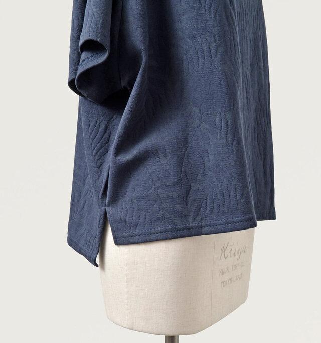 裾は、前後で少し丈の長さを変えて旬のシルエットに。サイドに施されたスリットがデザインのアクセントとして効いています。
