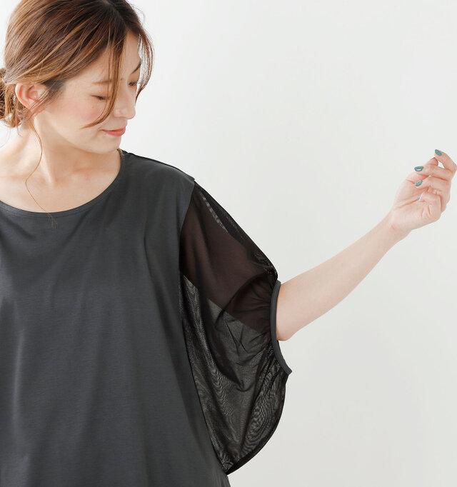 何といっても特徴的なのは、たっぷりとしたボリューミーなフォルムのチュール袖。ほんのり肌を透けさせる上品な透け感が涼しげ。気になる二の腕はさりげなくカバーしてくれる丈感も◎です。袖口にはたっぷりのギャザーを寄せ、腕をほっそり、きれいに見せてくれます。