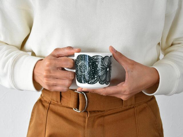 こちらのコーヒーカップは、marimekkoでも展開の少ない形。コロンとしたラテマグに、持ち手が付いたタイプです。持ち手が付いているので、熱々の飲み物にも使いやすく、少しだけ飲みたいときにピッタリ。マグカップとラテマグのいいとこ取りをしたようなアイテムです。